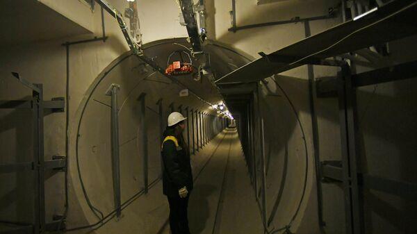 Сотрудница ГУП Москоллектор в тоннеле кабельного коллектора Белорусский