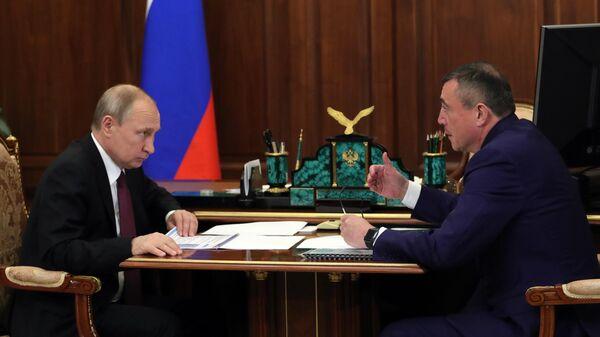 Владимир Путин и временно исполняющий обязанности губернатора Сахалинской области Валерий Лимаренко во время встречи. 30 июля 2019