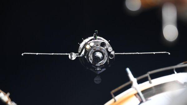 Корабль Союз МС-13 с экипажем экспедиции МКС-60/61 в составе Александра Скворцова, Луки Пармитано и Эндрю Моргана
