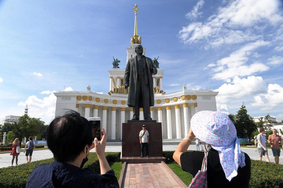 Люди фотографируются у памятника В.И. Ленину на ВДНХ в Москве