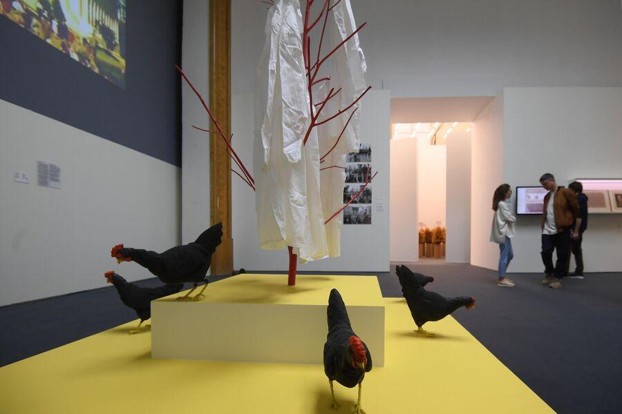 Инсталляция художника Николая Паниткова Секуляризация на выставке Посмотрим выставку! или Культурный код ВДНХ в рамках проекта Резидент на ВДНХ в Москве