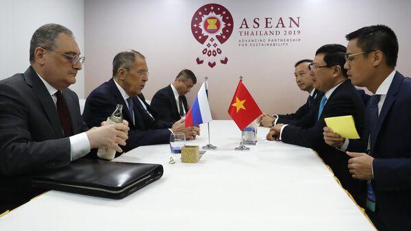 Глава МИД РФ Сергей Лавров и глава МИД Вьетнама Фам Бинь Минь во время встречи в Бангкоке. 31 июля 2019