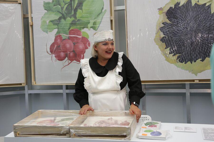Автор перфоманса на выставке Морковь культурная  Елена Ковылина
