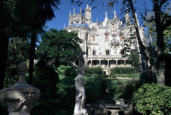 Старинный замок Квинта да Регалейра, принадлежавший богачу и массону Антонио Карвальо Монтейро. Вид со стороны парка. Город Синтра, недалеко от Лиссабона