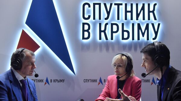 Председатель Госсовета Республики Крым Владимир Константинов дает интервью на стенде Спутник в Крыму