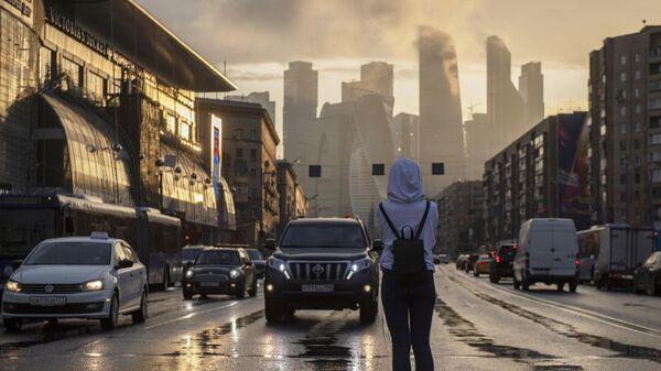 Девушка на пешеходном переходе в Москве