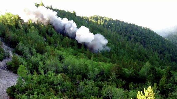 Контролируемый взрыв, произведенный сотрудниками противопожарной службы ФБУ Авиалесоохрана для предотвращения распространения лесных пожаров в Красноярском крае