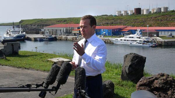 Председатель правительства РФ Дмитрий Медведев выступает перед журналистами во время посещения острова Итуруп, входящем в южную часть Курильской гряды. 2 августа 2019