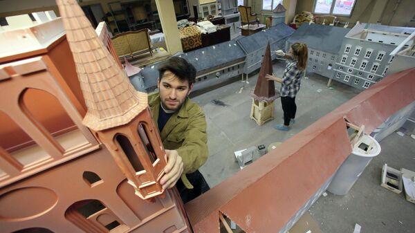 Сборка макета Кенигсбергского замка в творческой студии Аллея в Калининграде.