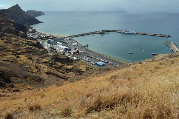 Вид на Атлантический океан со смотровой площадки на португальском острове Порту-Санту, входящем в архипелаг Мадейра