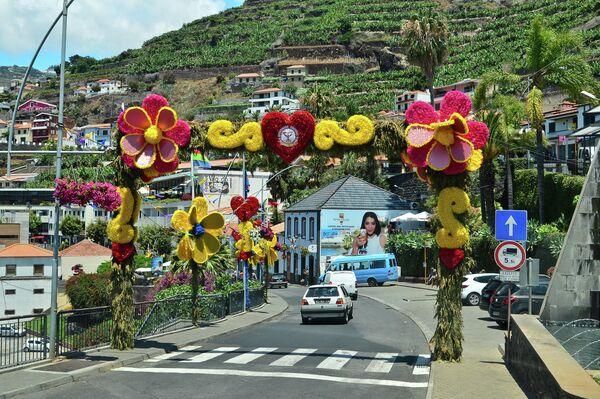 Праздничное оформление арки при въезде в город Камара-ди-Лобуш на острове Мадейра