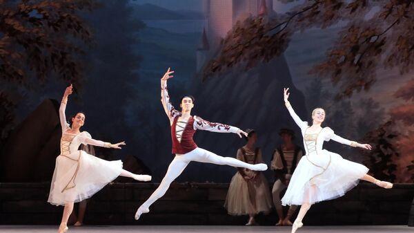 Артисты Новосибирского театра балета во время репетиции спектакля Лебединое озеро в Большом театре в Москве.