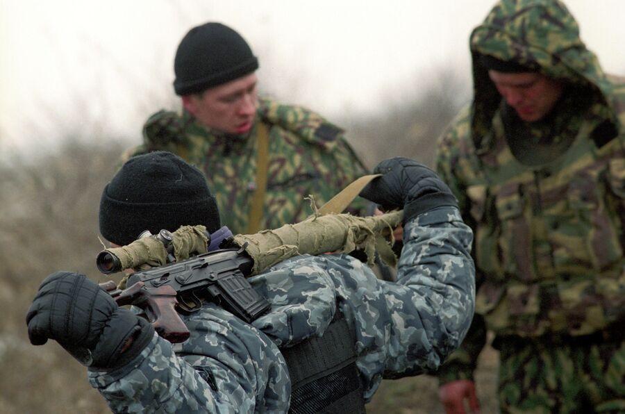 Расположение федеральных войск РФ в селе Первомайское Хасавюртовского района Дагестана на границе с Чеченской Республикой