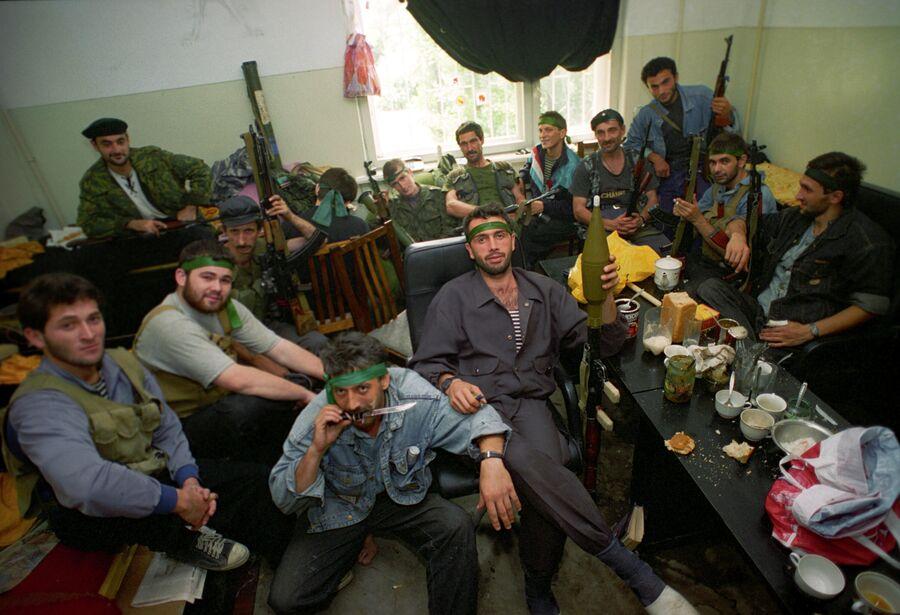 Представители чеченских вооруженных формирований в одном из домов в центре Грозного