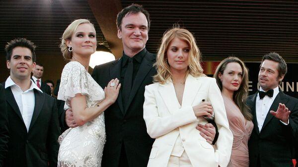 Режиссер Квентин Тарантино позирует с актерами перед показом фильма Бесславные ублюдки во время 62-го Международного кинофестиваля в Каннах. 20 мая 2009 года