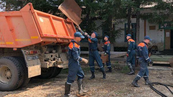 Сотрудники МЧС России во время работ по ликвидации последствий и подготовки к очередной волне паводка на Дальнем Востоке