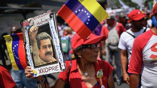 Участница акции в поддержку легитимного президента Венесуэлы Николаса Мадуро в Каракасе