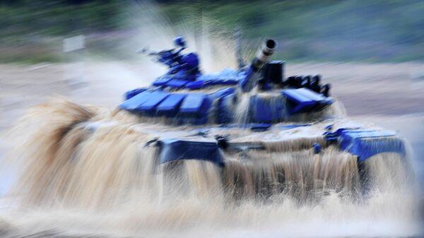 Танк Т-72Б3 команды армии Кувейта на дистанции первого этапа Индивидуальная гонка в соревнованиях Танковый биатлон