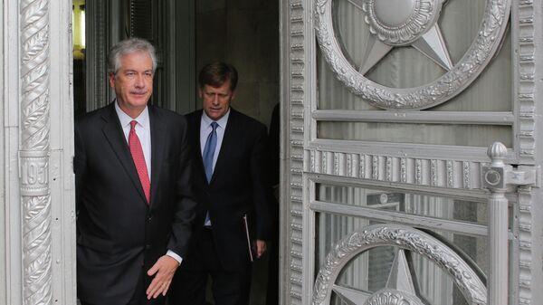 Заместитель государственного секретаря США Уильям Бернс и посол США в РФ Майкл Макфол выходят из здания министерства иностранных дел РФ
