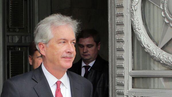 Заместитель государственного секретаря США Уильям Бернс выходит из здания министерства иностранных дел РФ