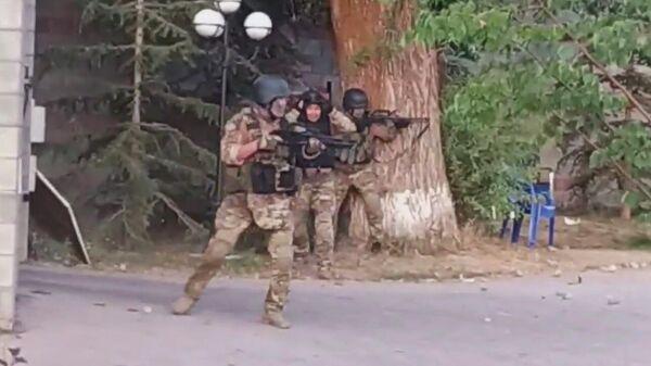 Спецназ на территории дома Алмазбека Атамбаева