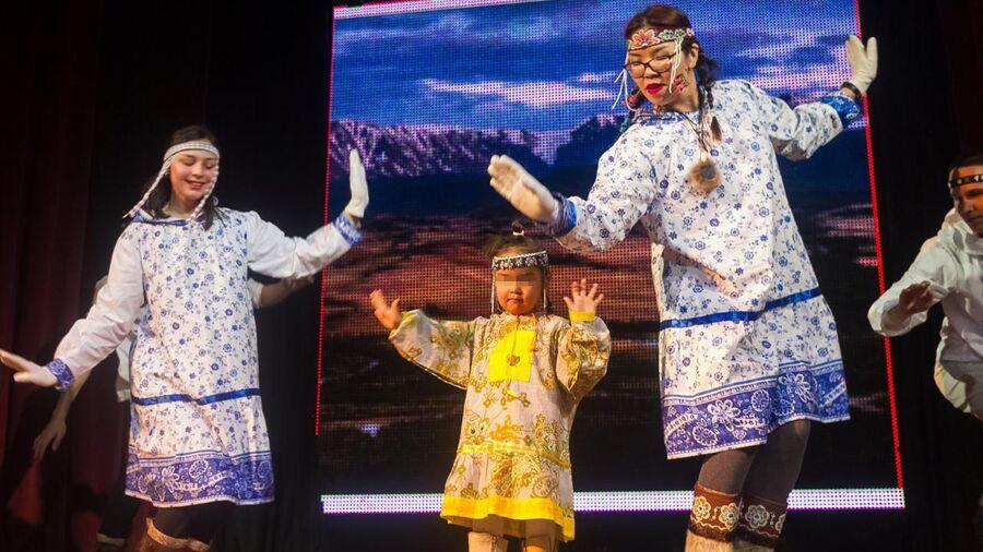 Зоя Туре (в центре) во время исполнения национального танца