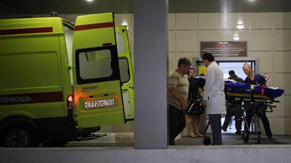 Автомобиль скорой помощи у входа в приемное отделение городской больницы №1 города Новороссийска, куда были доставлены пострадавшие в результате ДТП под Новороссийском. 8 августа 2019