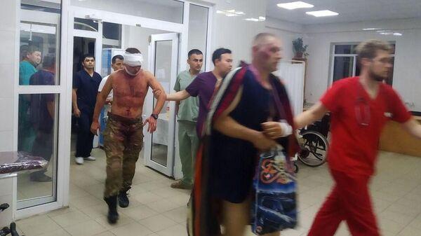 Пострадавшие в результате спецоперации по задержанию экс-президента Киргизии Алмазбека Атамбаева в селе Кой-Таш в приемном отделении больницы