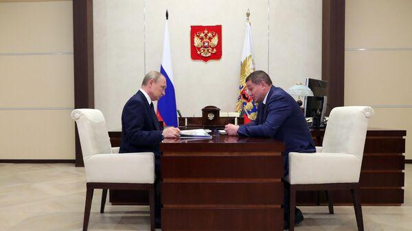 Президент РФ Владимир Путин и губернатор Волгоградской области Андрей Бочаров во время встречи. 8 августа 2019