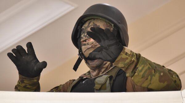 Сотрудник спецназа в доме Алмазбека Атамбаева в селе Кой-Таш