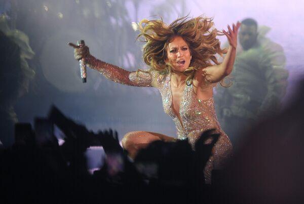 Американская певица Дженнифер Лопес выступает на концерте на стадионе ВТБ Арена - Центральный стадион Динамо в Москве
