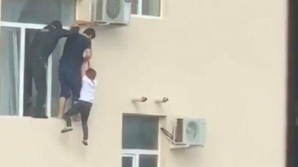 Полминуты на спасение: Аслан Динаев рассказал, как снял мальчика с окна