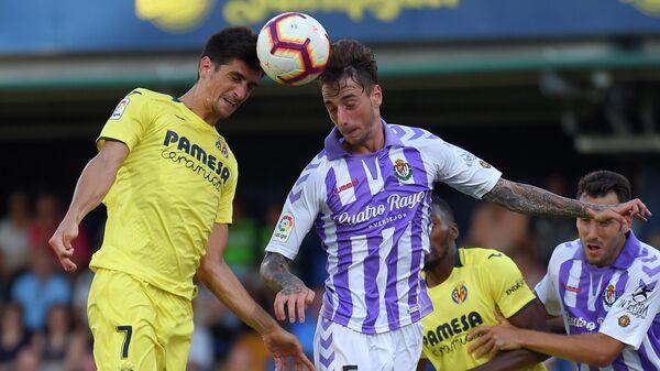 Нападающий Вильярреала Жерар Морено (слева) и защитник Реала Вальядолида Фернандо Калеро