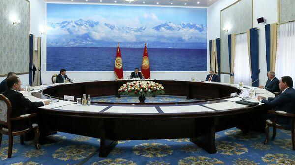 Председатель правительства РФ Дмитрий Медведев во время встречи президента Киргизии Сооронбая Жээнбекова с главами делегаций ЕАЭС в Чолпон-Ате, Киргизия. 9 августа 2019