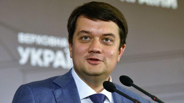 Глава партии Слуга народа Дмитрий Разумков выступает на первом заседании Подготовительной депутатской группы из числа новоизбранных народных депутатов. 9 августа 2109
