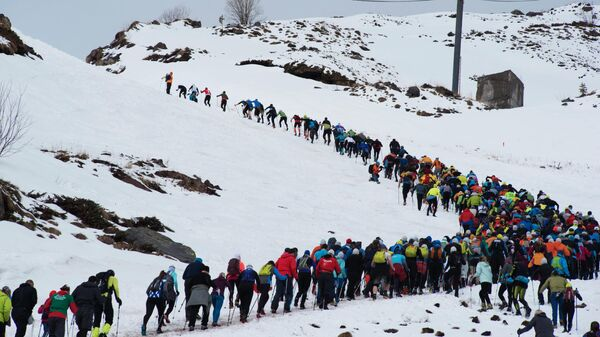 Альпинисты начинают восхождение на западную вершину Эльбруса