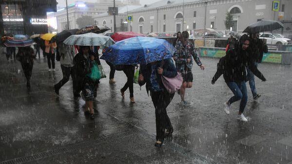 Пешеходы в Москве во время дождя