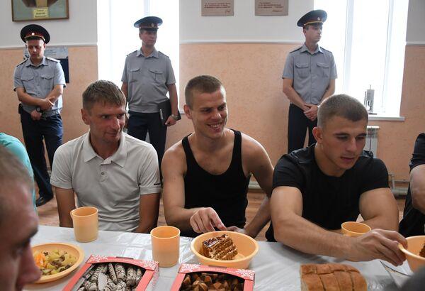 Александр Кокорин (в центре)