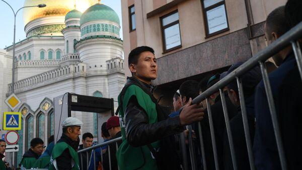 Верующие перед началом богослужения в честь праздника Курбан-Байрам у Московской соборной мечети