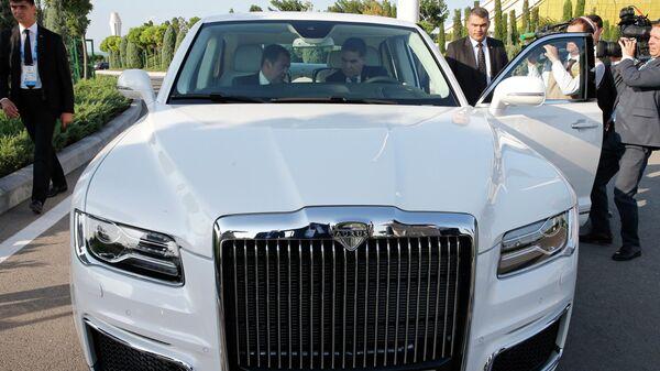 Председатель правительства РФ Дмитрий Медведев и президент Туркмении Гурбангулы Бердымухамедов в салоне российского автомобиля Aurus Senat