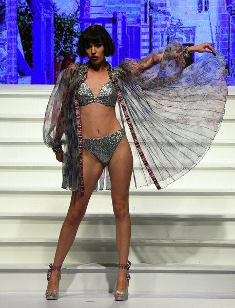 Модель во время показа коллекции дизайнера Nivedita Saboo на Swim Week Colombo