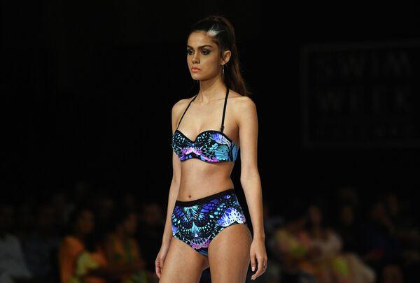 Модель во время показа коллекции дизайнера Aqua Blu на Swim Week Colombo