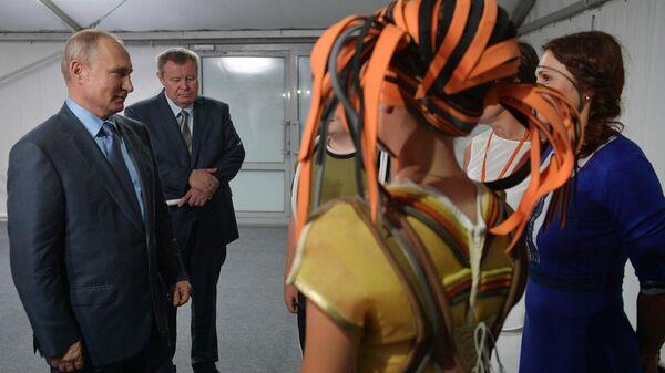 Президент РФ Владимир Путин общается с актерами после просмотра спектакля Грифон. 10 августа 2019