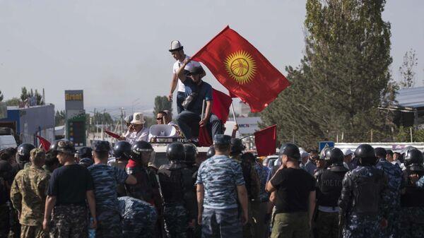Сторонники бывшего президента Киргизии Алмазбека Атамбаева