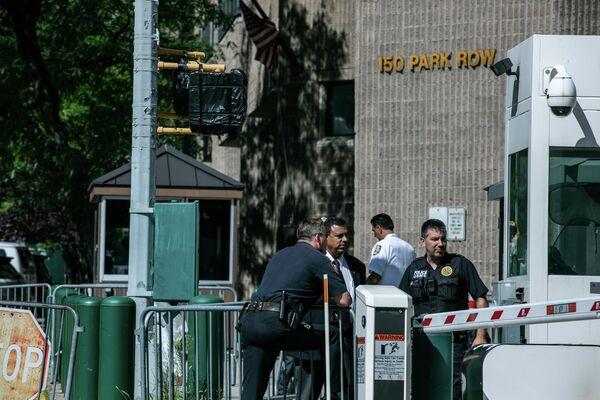 Сотрудники полиции у здания тюрьмы, где Джеффри Эпштейн покончил жизнь самоубийством