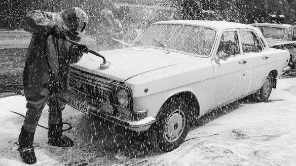 Легковой автомобиль, выезжающий из зоны чернобыльской катастрофы, проходит дезактивацию на специально созданном пункте