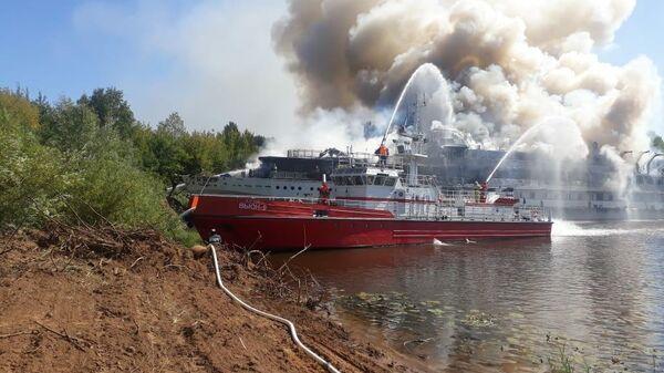 Тушение пожара на теплоходе Святая Русь в затоне Сибирский Нижегородской области. 13 августа 2019