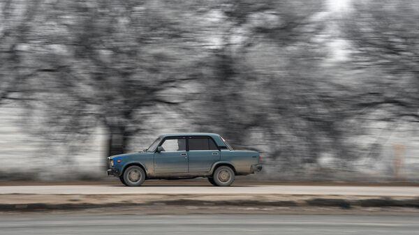 Автомобиль на трассе Таврида в Крыму