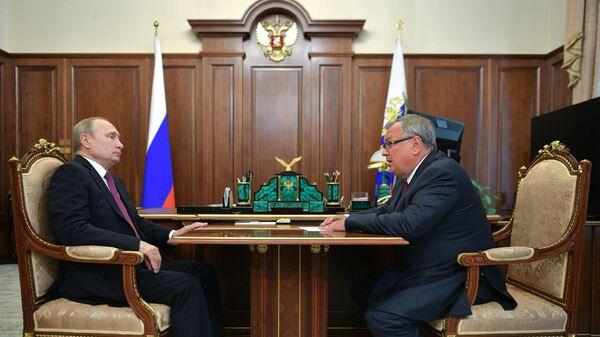 Президент РФ Владимир Путин и президент - председатель правления Банка ВТБ Андрей Костин во время встречи