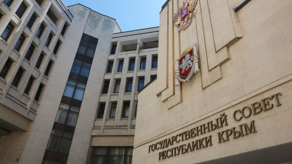 Государственный герб России на здании парламента Крыма